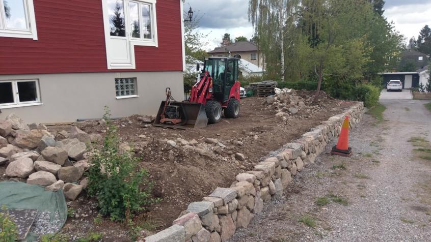 Längs en skaftväg har kunden låtit anlägga en fin stödmur och vi skall plantera ovanför den.