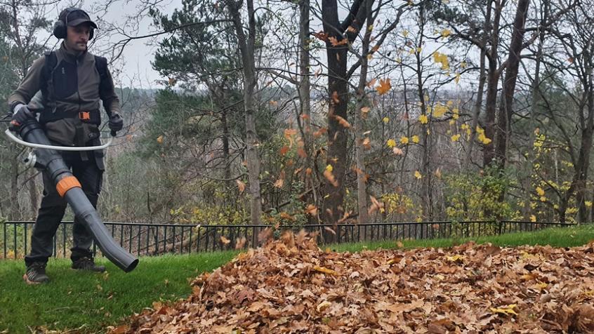 Jakob blåser löv med ryggburen lövblås
