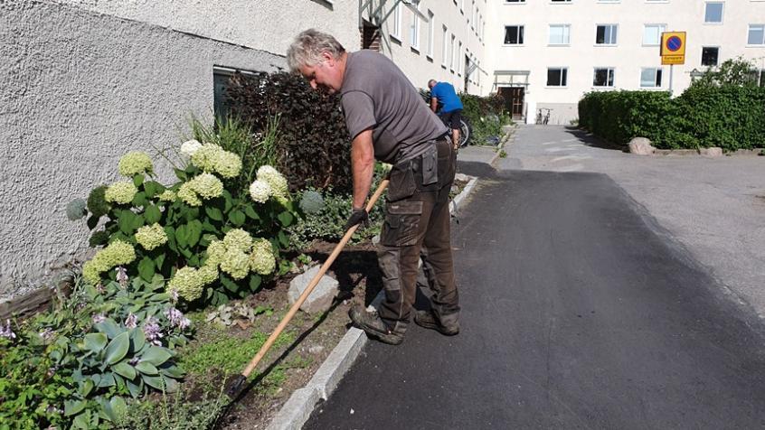 Stefan tar hand om området och har ett styvt jobb att hålla jämna steg med ogräset i de många rabatterna.
