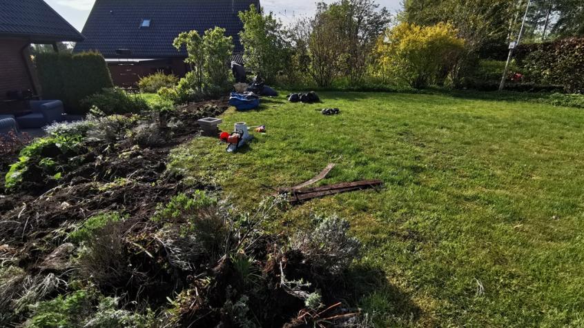Kunden hade också en rabatt i kanten av gräsmattan mot huset som skulle tas bort.