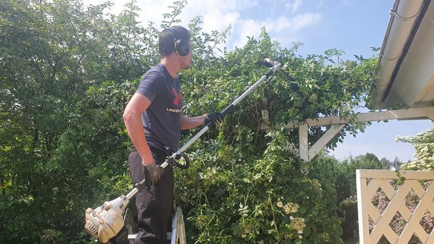 Axel använder en stånghäcksax för att nå och för att få en bra arbetsergonomi.