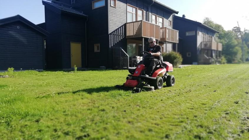 Gräsklippning med åkgräsklippare för Brf Rydbo i Åkersberga