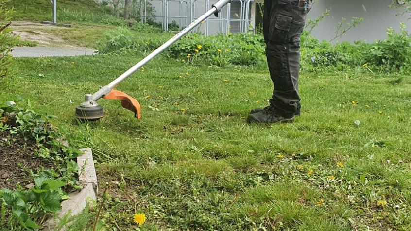 Vi trimmar gräskanter och slänter