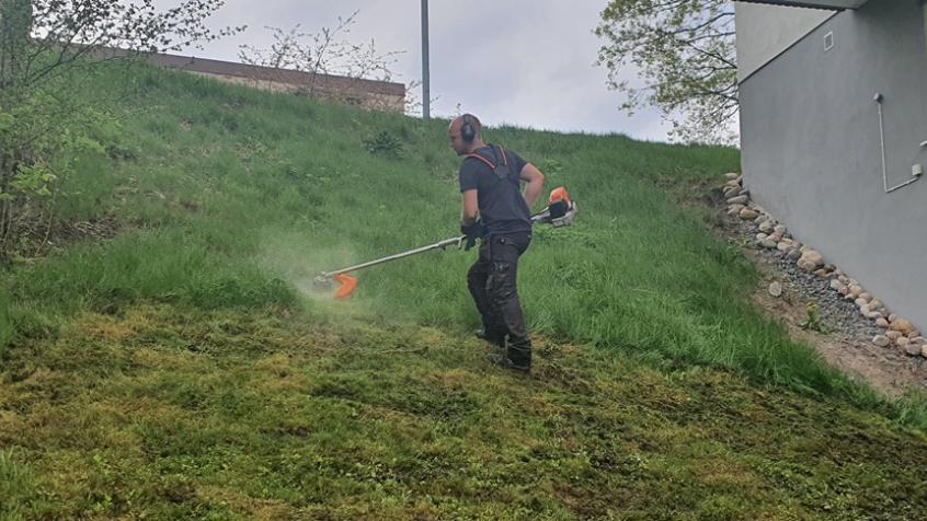 Området har en del slänter som inte kan klippas med gräsklippare. Här måste vi trimma med trimmer.