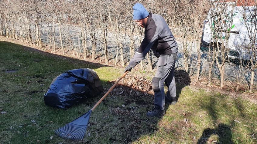 Vi tar hand om alla våra avtalskunders trädgårdar och vårstädar nu på våren.
