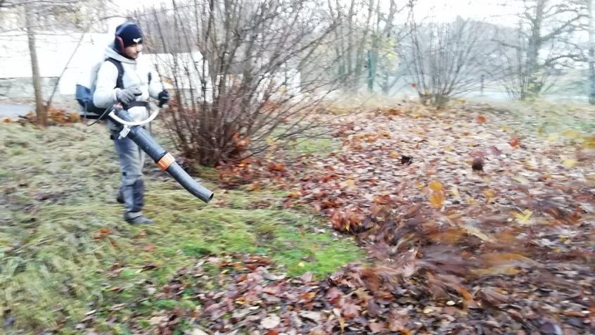 Anil blåser löv. Vi använder stora lövblåsar från Stihl.