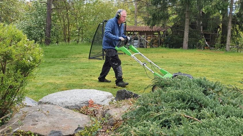 Andreas klipper gräsmattan