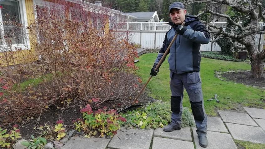 Vår mycket duktiga och uppskattade trädgårdsarbetare Rafi har tagit hand om den här trädgården i år.