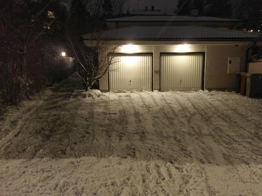 Snön skottad hemma hos en äldre herre i Stocksund