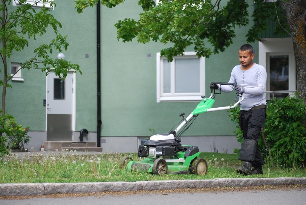 Anil klipper gräset för Brf Runby-Ingrid