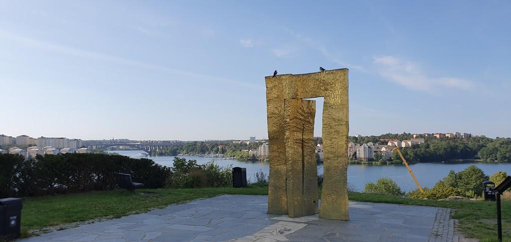 Området har en fantastisk utsikt vid skulpturen Guldporten.