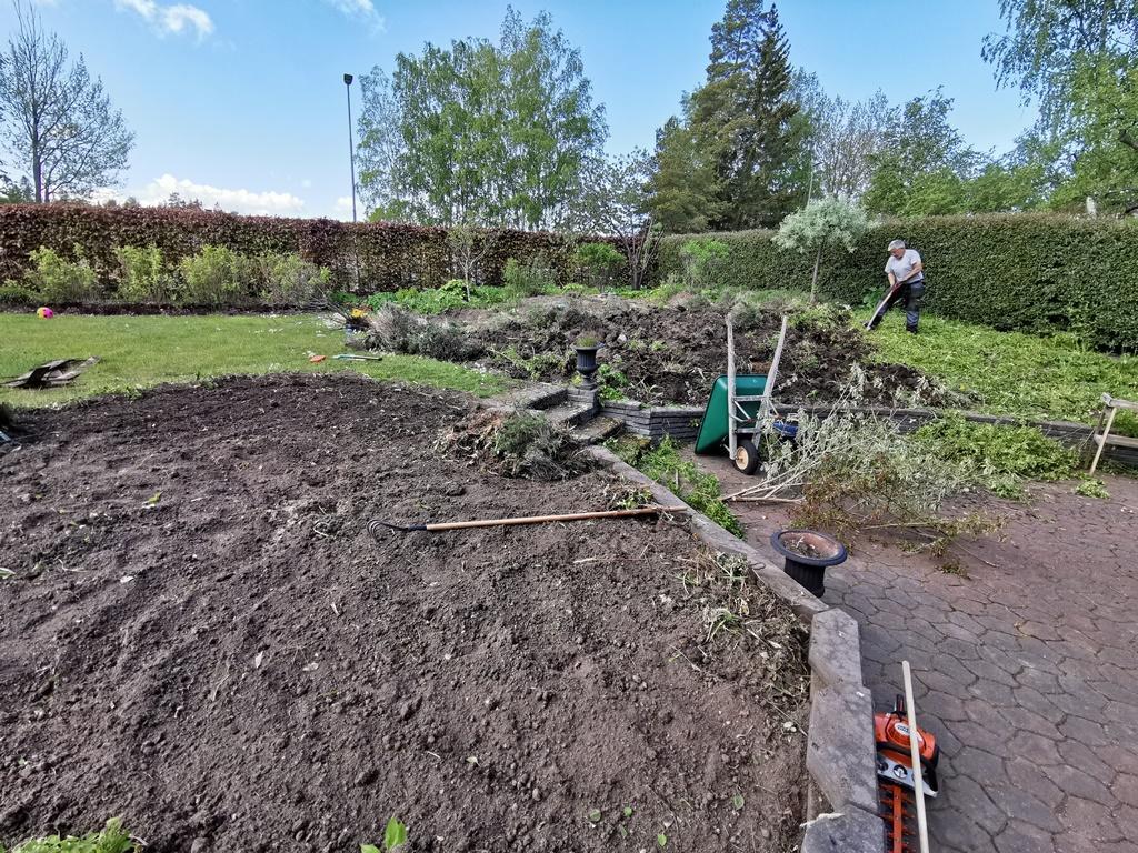 James gräver bort buskar och perenner som ledsnat.