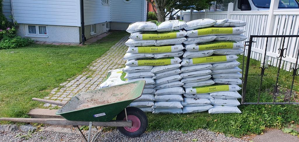 Vi har med oss dressjord på säck, det är bra jord och vi slipper leveranskostnaden som annars blir om vi beställer en lastbil med jord.