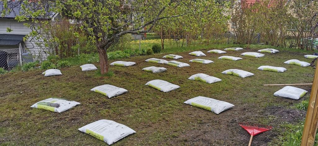 En säck dressjord räcker till ca 5 kvm och för större gräsmattor kan det därför gå åt en hel del säckar.
