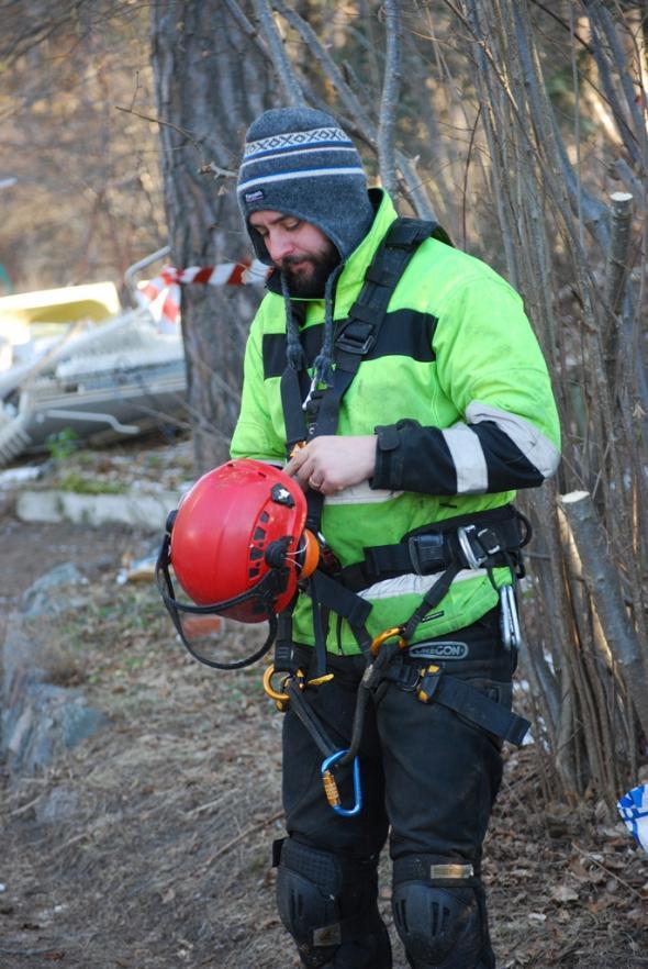 Miron förbereder utrustningen innan han skall klättra upp.