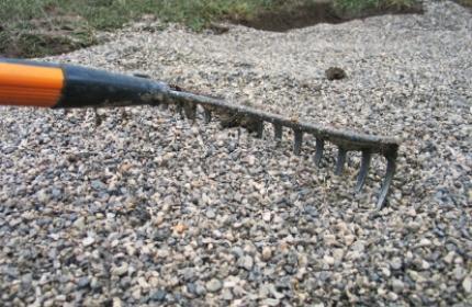 Kratta grus, kratta grusgångar. ReGarden hjälper dig att få ordning på trädgården. Vi rensar ogräs och kantskär och ger din trädgård ett lyft.