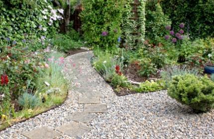 Grusgång i trädgård, anlägga grusgång, rensa ogräs i grusgång