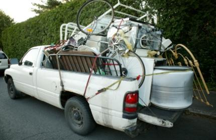 Bortforsling avfall, köra bort avfall, pickup lastad med avfall.
